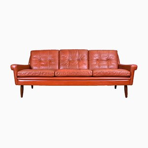 Sofá de tres plazas Mid-Century de cuero rojo de Svend Skipper