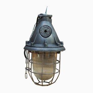 Lámpara colgante industrial vintage de metal y vidrio, años 40