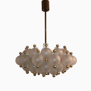 Lámpara de araña Mid-Century de latón con esferas de vidrio de Kinkeldey