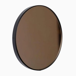 Miroir Médium Rond Orbis Teinté Bronze avec Cadre Noir par Alguacil & Perkoff Ltd