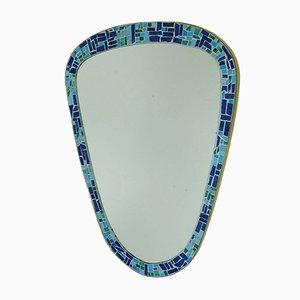 Nierenförmiger Wandspiegel aus Glas mit Mosaikrahmen & Messingeinfassung, 1950er