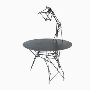 Lámpara Sketched sobre escultura de mesa de Kiki van Eijk & Joost van Bleiswijk