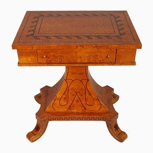 Tavolino Biedermeier in radica di olmo intarsiato, Svezia, XIX secolo