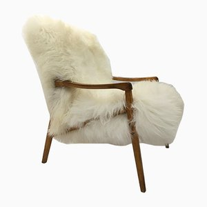 Butaca vintage de madera curvada y piel de oveja blanca de TON, años 60