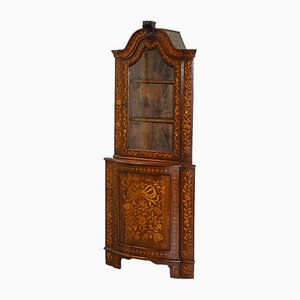 Mueble esquinero holandés de nogal con incrustaciones de marquetería, década de 1780