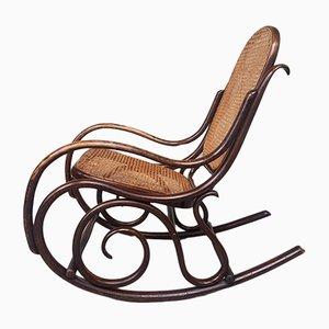 Sedia a dondolo antica in legno curvato, canna e vimini di Fischel