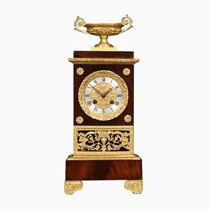Reloj de repisa francés estilo Imperio antiguo de caoba y metal