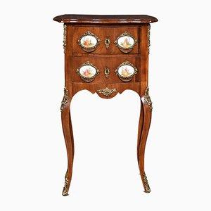 Antiker französischer Nachttisch aus Walnuss & vergoldetem Metall