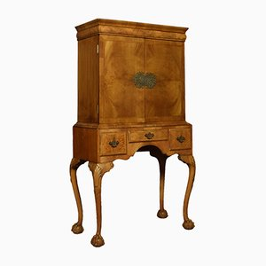 Antiker Schrank aus Nussholz im Queen Ann Stil auf Ständer