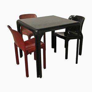 Tavolo Stadio e sedie Selene di Vico Magistretti per Artemide, 1969