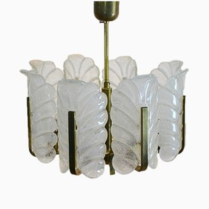 Lámpara de araña sueca de latón con 8 hojas de vidrio de Carl Fagerlund para Orrefors, años 60