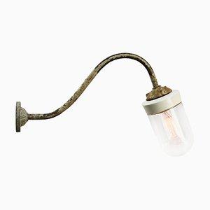 Industrielle Vintage Wandlampe aus weißem Porzellan, Glas & Gusseisen