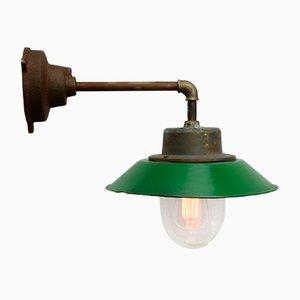 Grün emaillierte industrielle Vintage Wandlampe aus Gusseisen & Glas