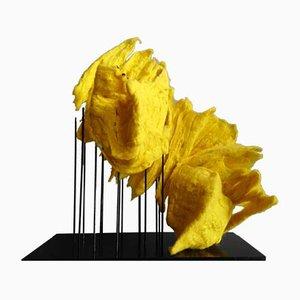 Flame Objekt aus sonnengelber Merinowolle von Margaret van Bekkum