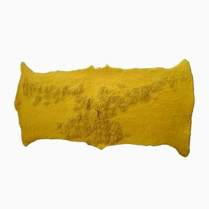 Tapiz Reliëf de lana merino amarilla con relieves de fieltro de Margaret van Bekkum