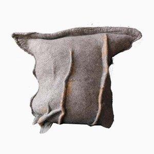 Dekoratives graues Wave Kissen aus australischer Z-Merinowolle & Leder von Margaret van Bekkum