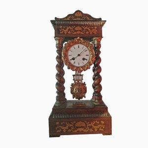 Reloj antiguo con columnas