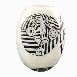 Jarrón de vidrio soplado blanco y negro con cara abstracta de Ada Loumani, 2017