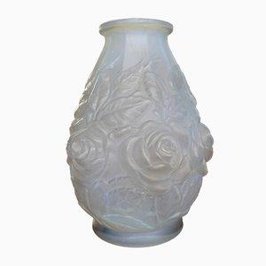 Weiße Glasvase mit Blumen-Motiven von René Lalique, 1920er