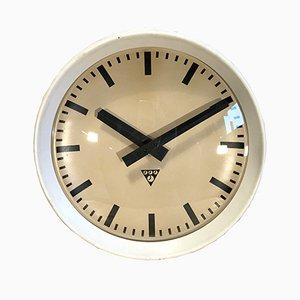 Reloj de pared de fábrica industrial de baquelita en blanco de Pragotron, años 60