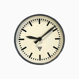 Reloj de pared industrial en gris oscuro de Pragotron, años 60