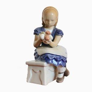Figurine Petite Fille Assise avec Fleurs VIntage par Ebbe Sadolin pour Bing & Grøndahl