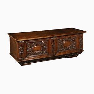 Cassapanca in legno di noce intagliato, XVIII secolo