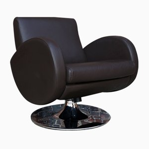 Fauteuil lounge en cuir chocolatSuperb 80s design armchair in chocolate leather. Of Scandinavian origin, it rests on a swivel base in cast aluminum covered with chromed metal.