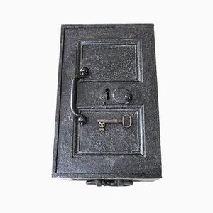 Antiker Tresor aus schwarzem Eisen