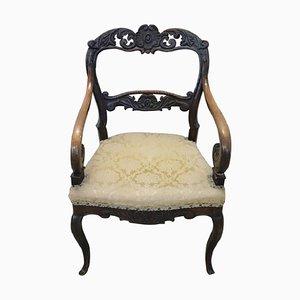 Antiker Armlehnstuhl aus geschnitztem Nussholz mit geschwungenen Armen, 1830er