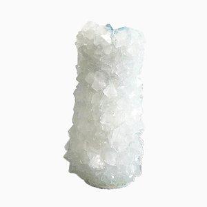 Jarrón Crystal pequeño en blanco con interior de caucho azul de Isaac Monté, 2019