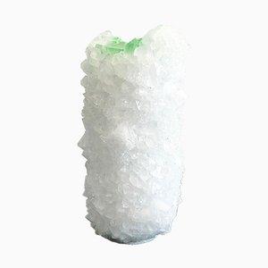 Jarrón Crystal pequeño en blanco con interior de caucho verde de Isaac Monté, 2019