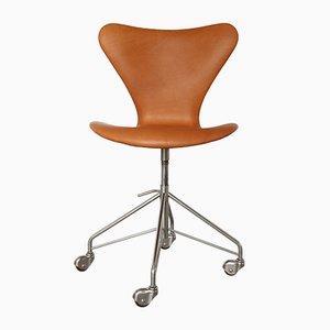 Sedia da ufficio nr. 3117 in pelle color cognac di Arne Jacobsen per Fritz Hansen, anni '60