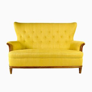 Gelbes Mid-Century Sofa mit Gestell aus Nussholz, 1950er