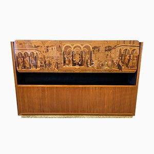 Mobiletto in legno di ciliegio intarsiato di Vittorio Dassi per Permanente Mobili Cantù, anni '40