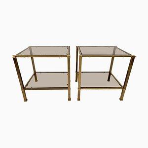 Mesas auxiliares vintage de latón y cristal ahumado con dos niveles. Juego de 2