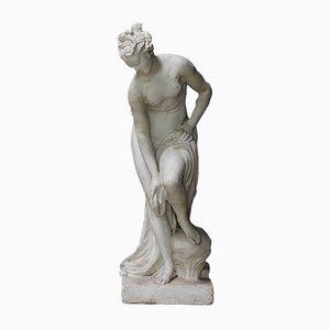 Antike Gartenstatue einer badenden Frau