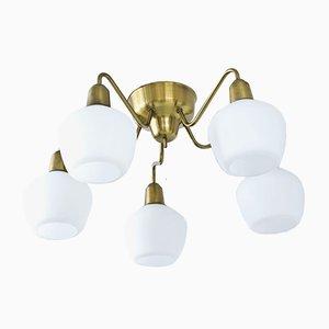 Lámpara de araña sueca de latón y vidrio opalino con cinco brazos de Hans Bergström para Ateljé Lyktan, años 50