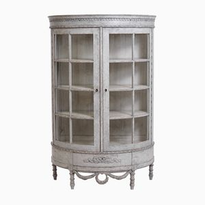 Antiker gustavianischer halbmondförmiger Schrank aus Glas & Holz