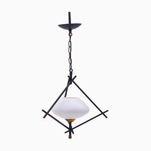 Lámpara de suspensión vintage de hierro y vidrio opalino, años 50