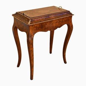 Tavolino antico in legno di noce intagliato