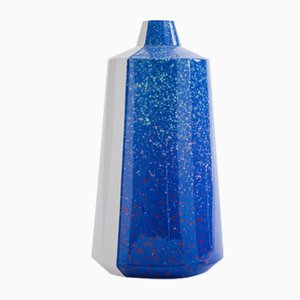 Jarrón Half 'n' Half de cerámica azul de Tal Batit, 2018