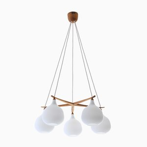 Lámpara de araña escandinava moderna de roble y vidrio opalino estrella de Uno & Östen Kristiansson para Luxus, 1952