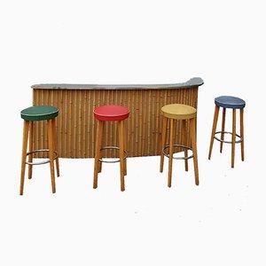 Mueble bar francés vintage de bambú, cuatro taburetes, años 60