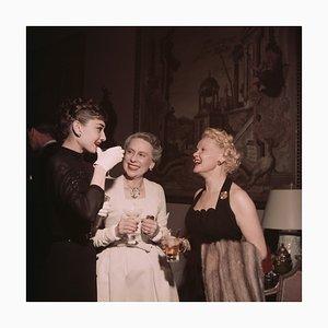 Póster Hepburn and Friends de Slim Aarons