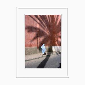 Affiche Femme Marchant au Maroc par Bruno Barbier