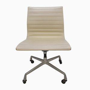 Sedia da scrivania girevole vintage in alluminio e skai di Charles & Ray Eames per Herman Miller, anni '60