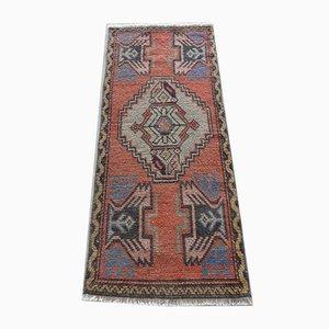 Kleiner türkischer Mid-Century Teppich