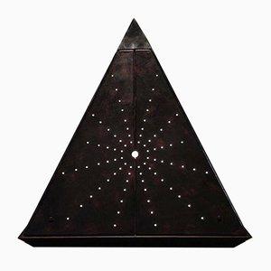 Escultura Starry Pyramid de cuero de Oscar Tusquets