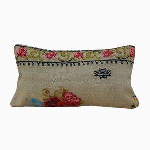 Cojín pequeño en forma de agujas tapizado en rosa de Aubusson